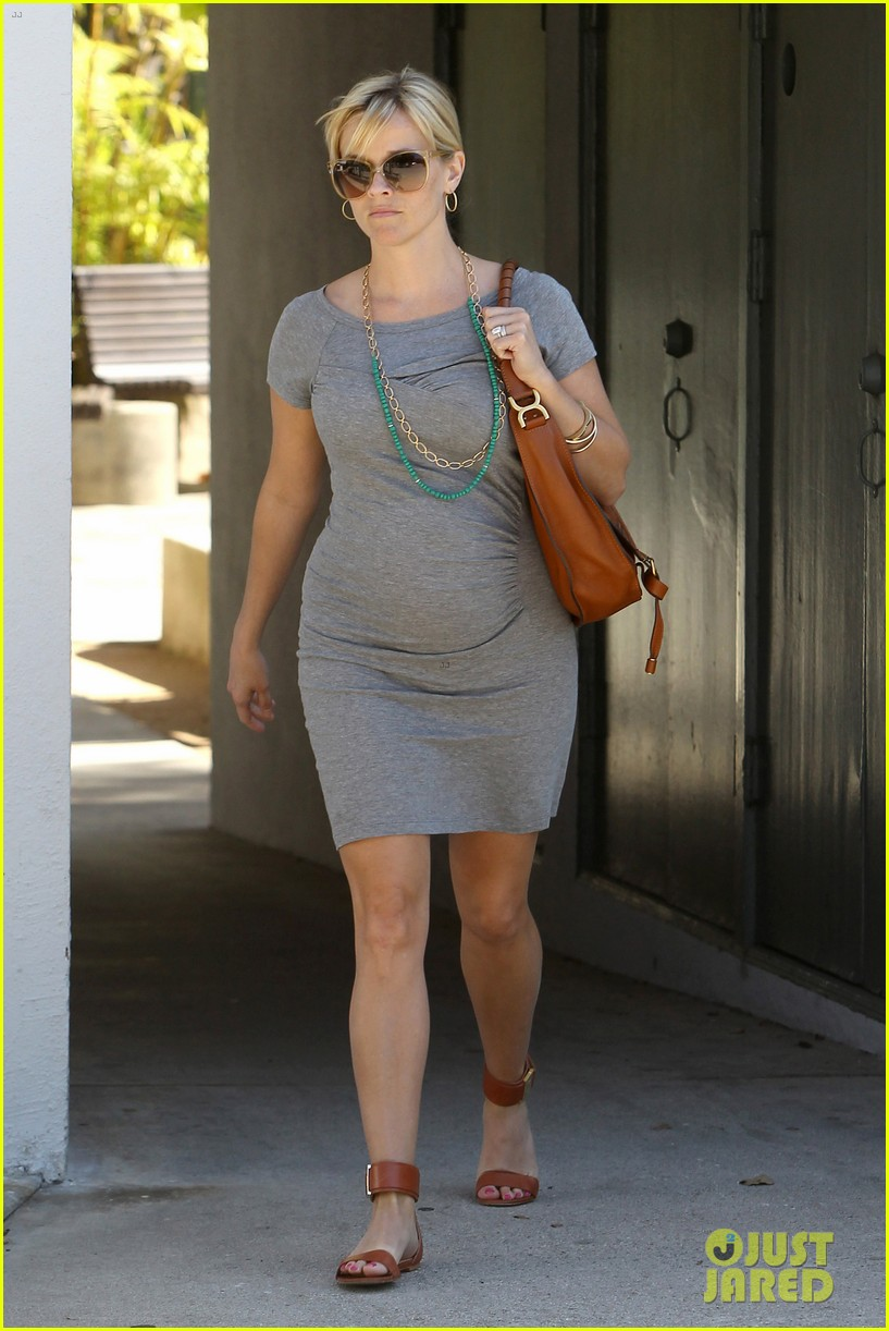 pregnant reese witherspoon office 08