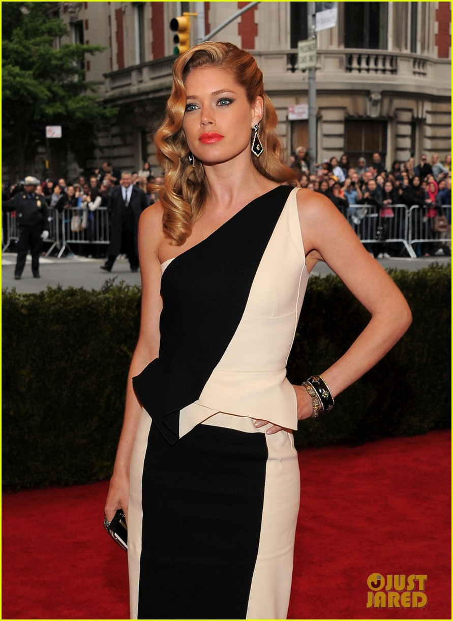 anne v doutzen kroes met ball 2012 07