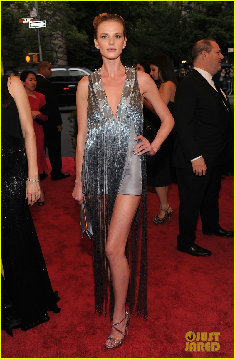 anne v doutzen kroes met ball 2012 11