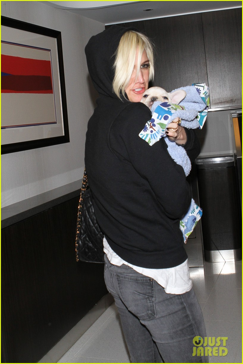 ashlee simpson vincent piazza dog walk 03
