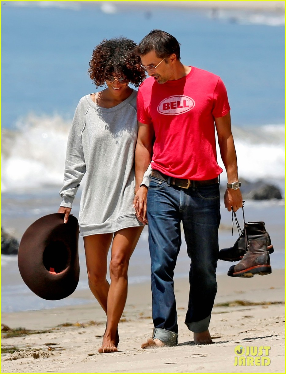 halle berry olivier martinez beachy walk 01