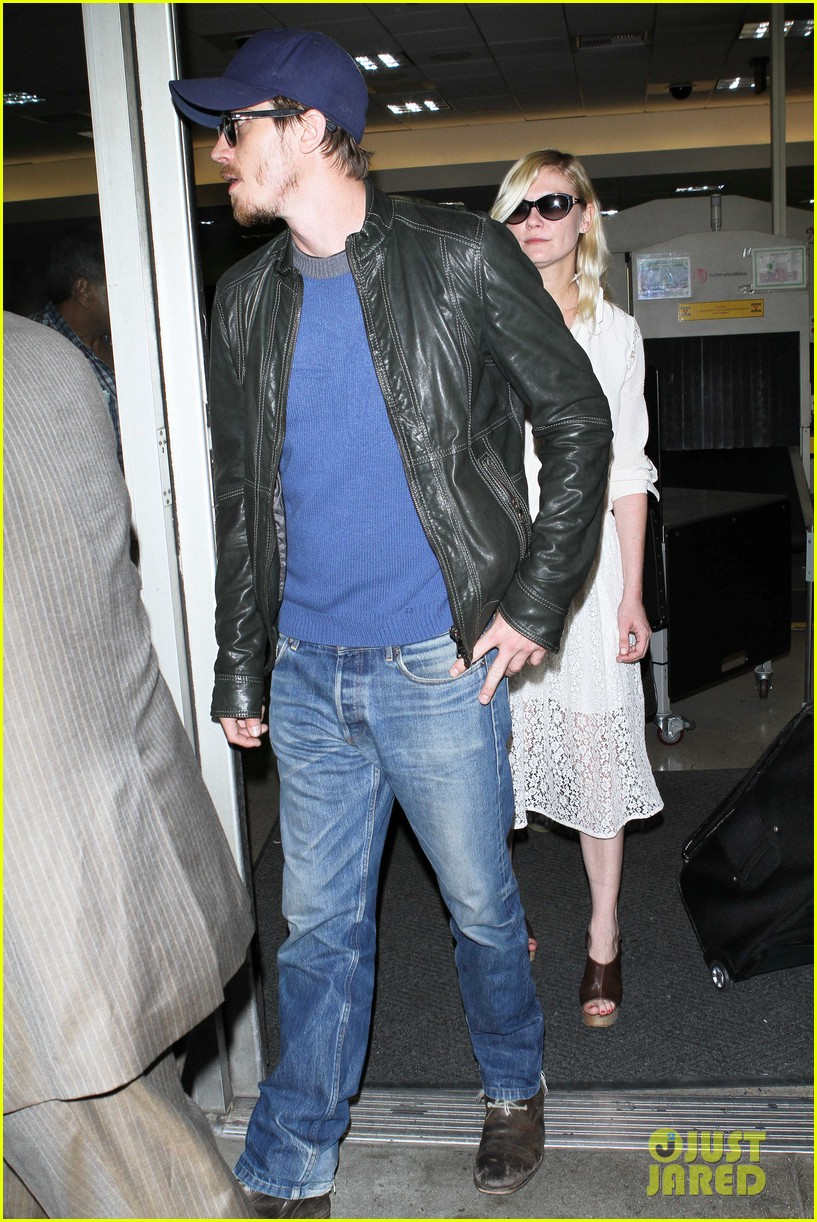 kirsten dunst garrett hedlund home from cannes 04