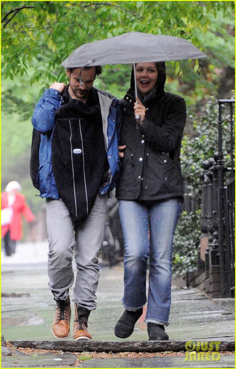 maggie gyllenhaal peter sarsgaard gloria rainy stroll 01