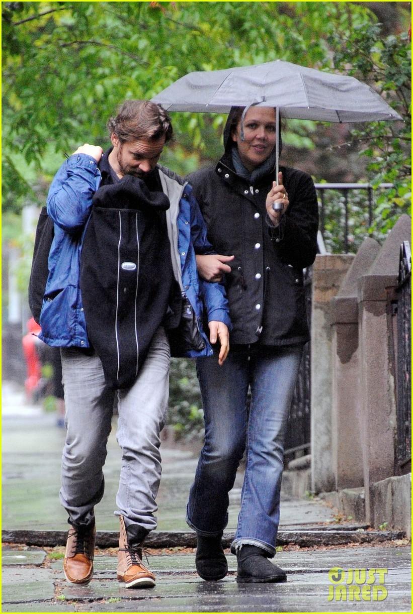 maggie gyllenhaal peter sarsgaard gloria rainy stroll 032656807