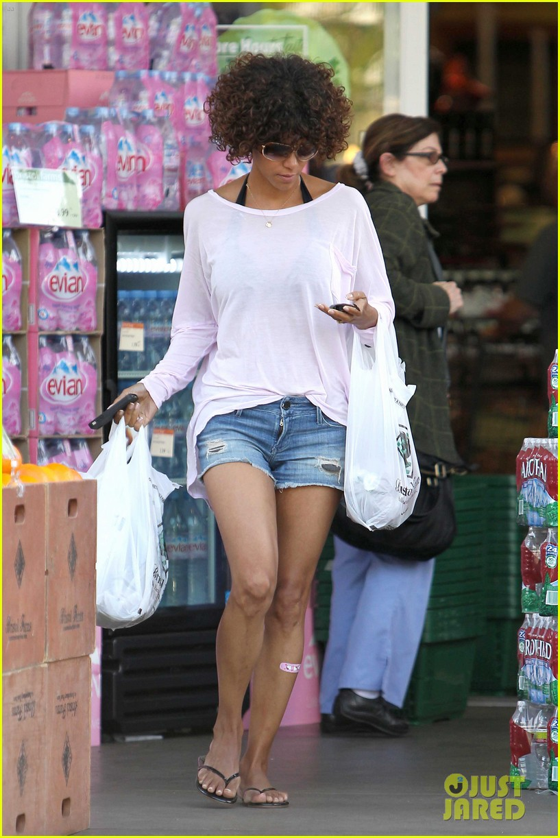 halle berry bristol farms 04