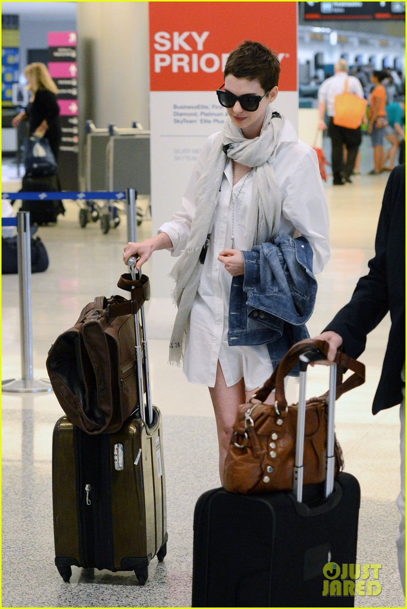 anne hathaway miami airport exit 04