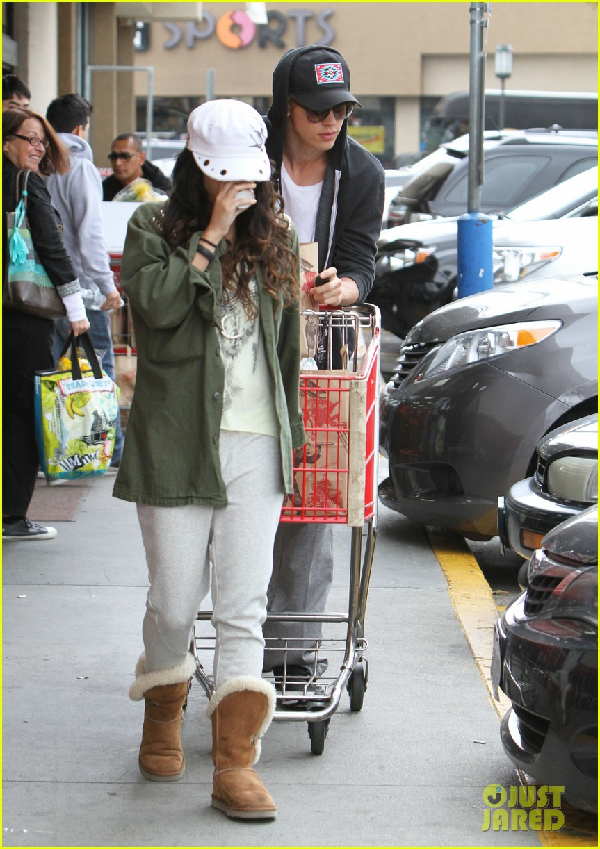 vanessa hudgens austin butler trader joes 04