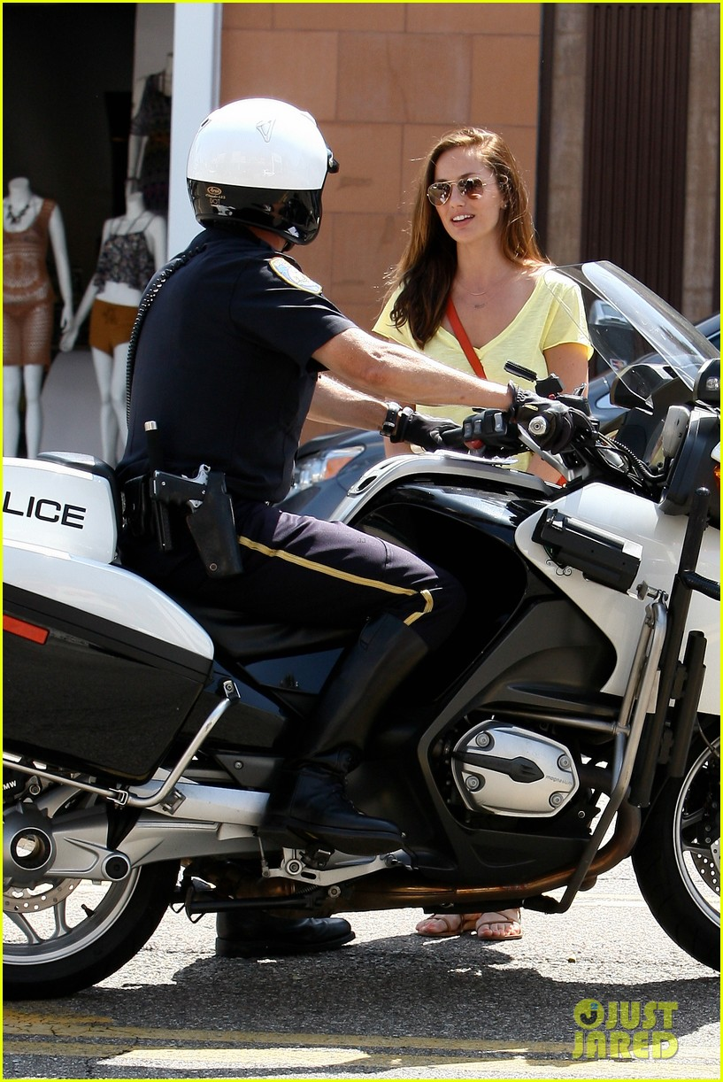 minka kelly police officer errands 02