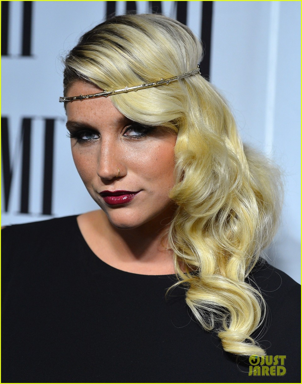 Kesha >> Galería [Candids, apariciones, paparazzi, etc.] - Página 5 Kesha-60th-annual-bmi-pop-awards-13