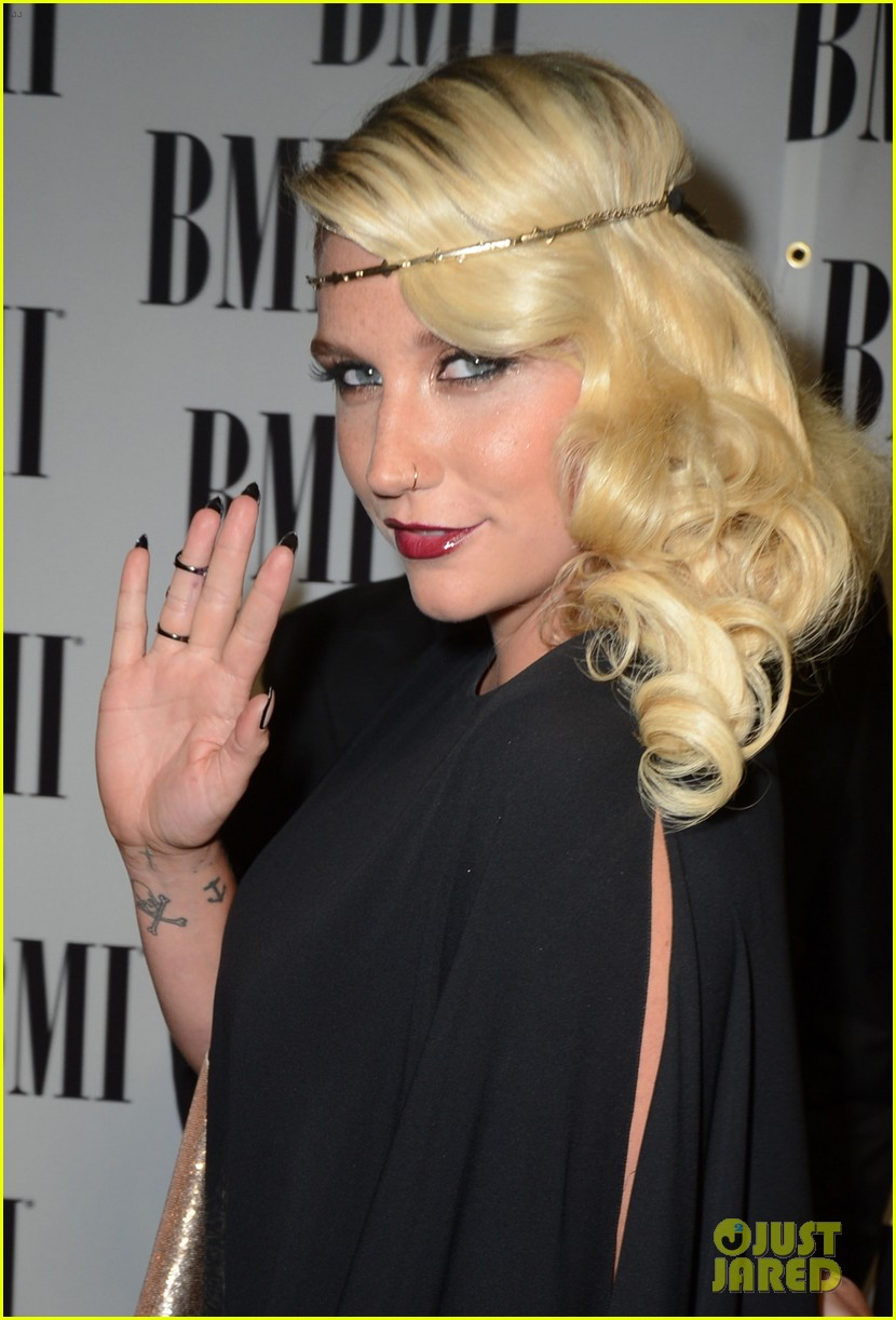 Kesha >> Galería [Candids, apariciones, paparazzi, etc.] - Página 5 Kesha-60th-annual-bmi-pop-awards-14