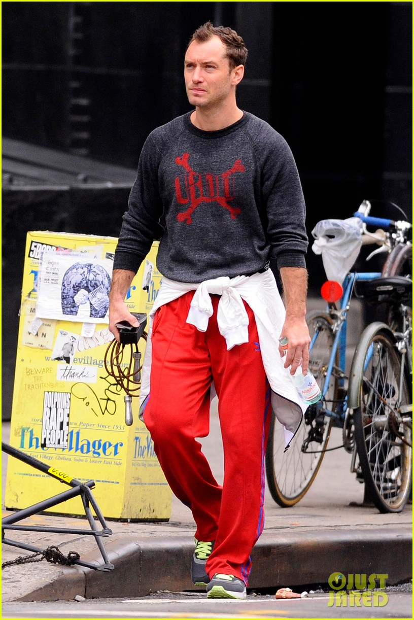 jude law workout red pants 04