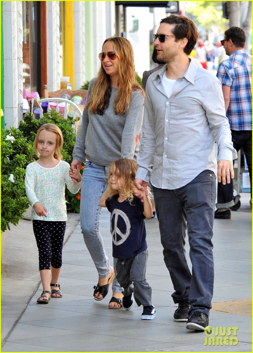 tobey maguire family stroll 02