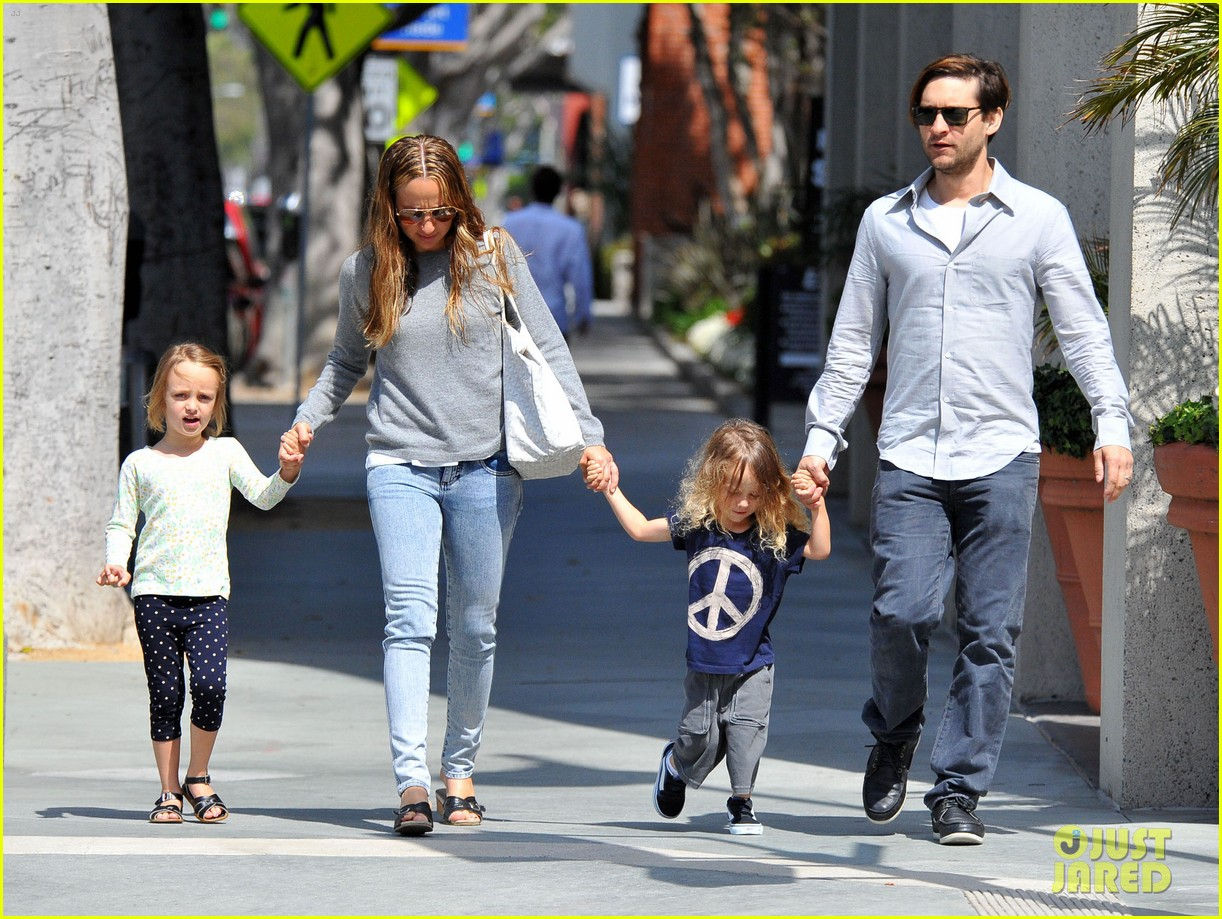 tobey maguire family stroll 06