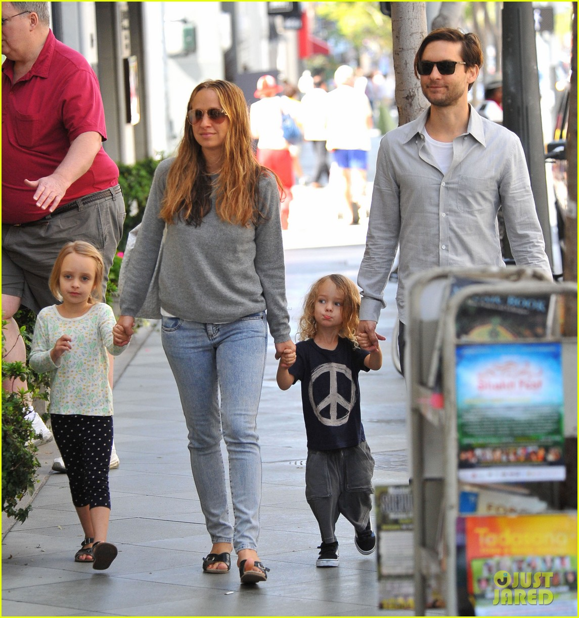 tobey maguire family stroll 08