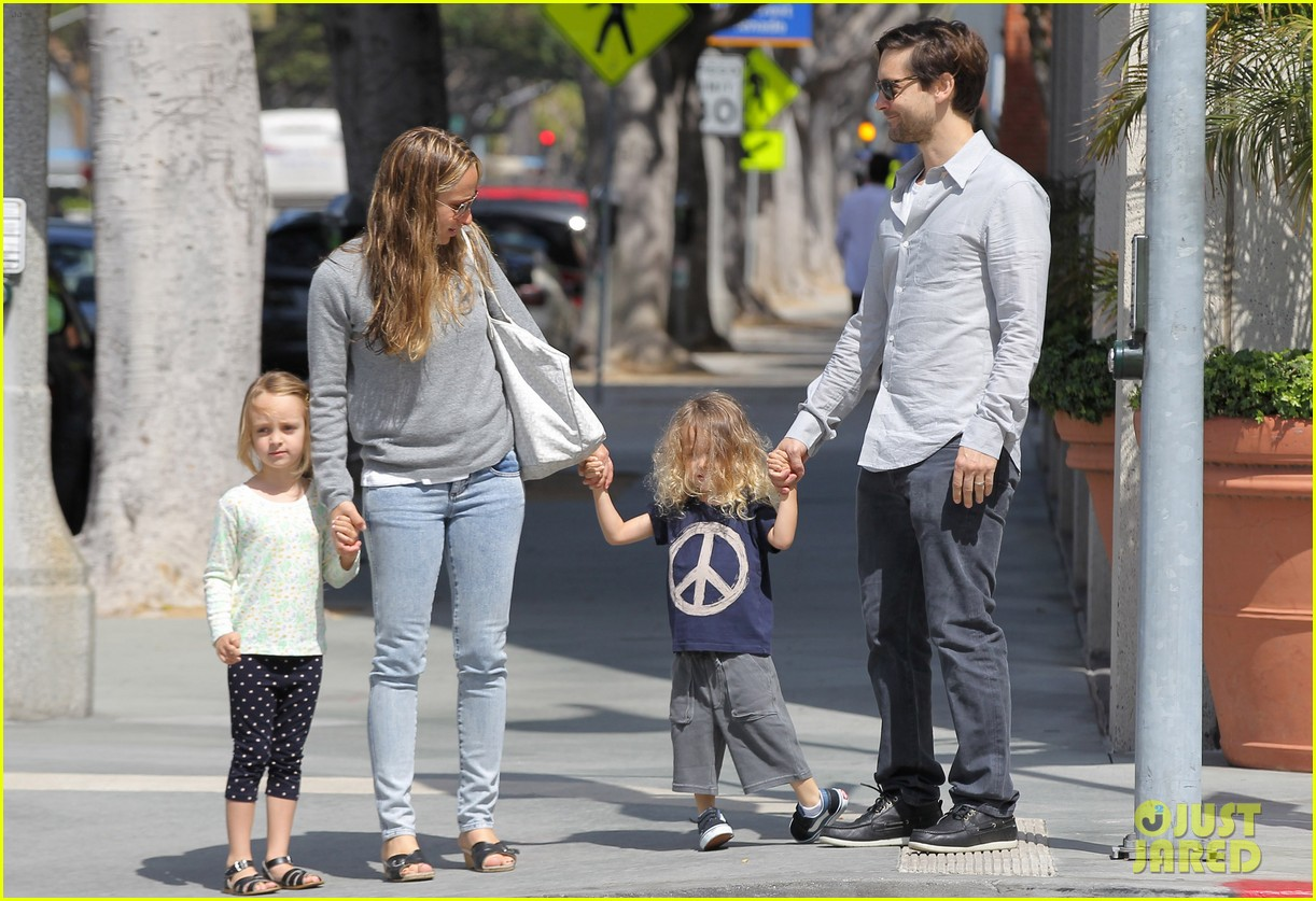tobey maguire family stroll 17