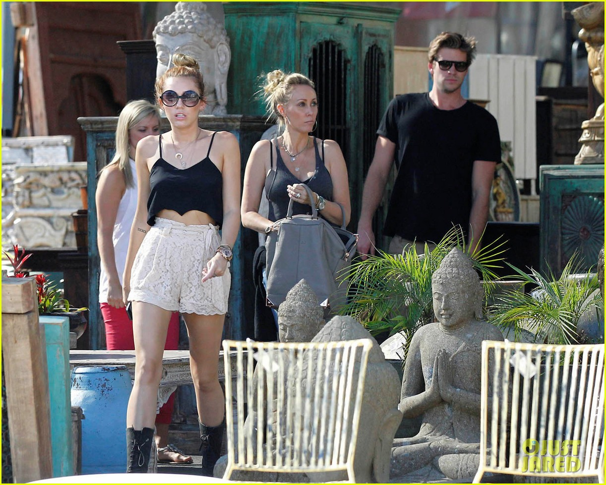 miley shopping with mom and liam 06