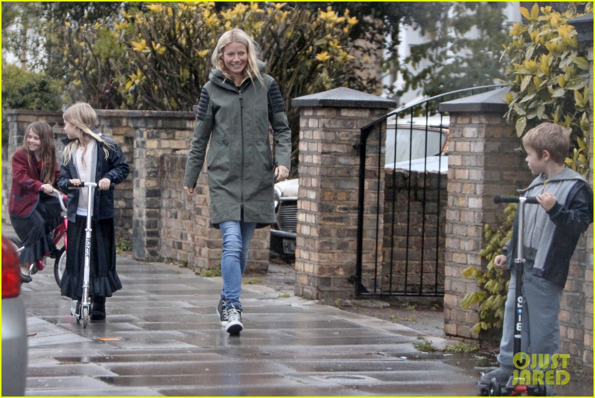 gwyneth paltrow kids scooting in the rain 01
