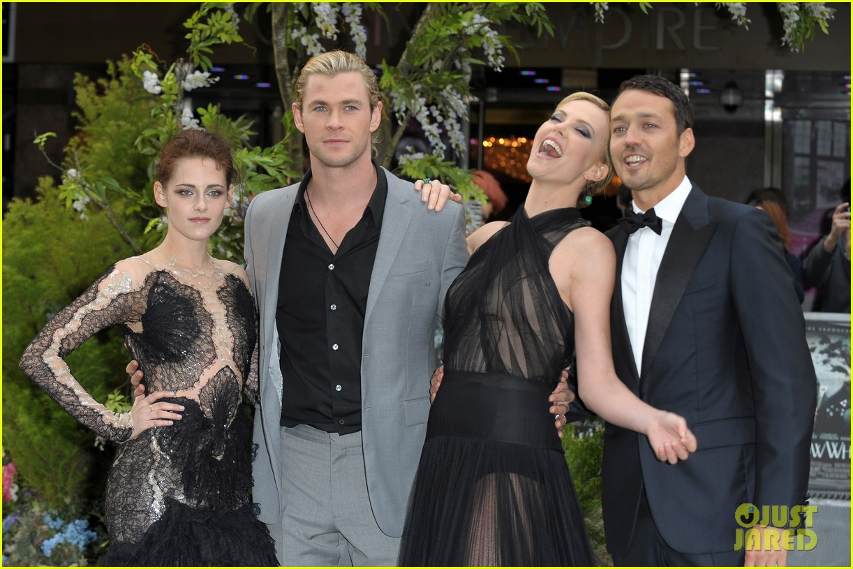 charlize theron kristen stewart snow white world premiere 15