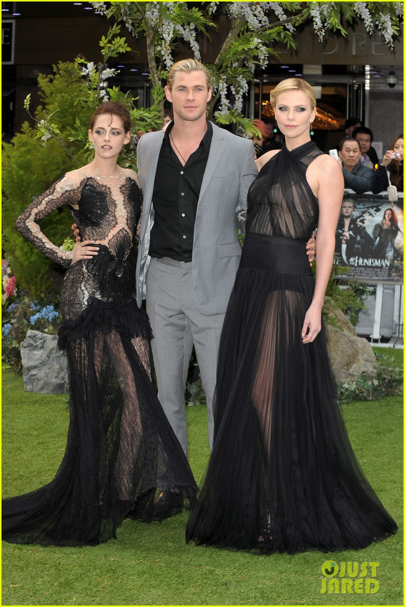 charlize theron kristen stewart snow white world premiere 20