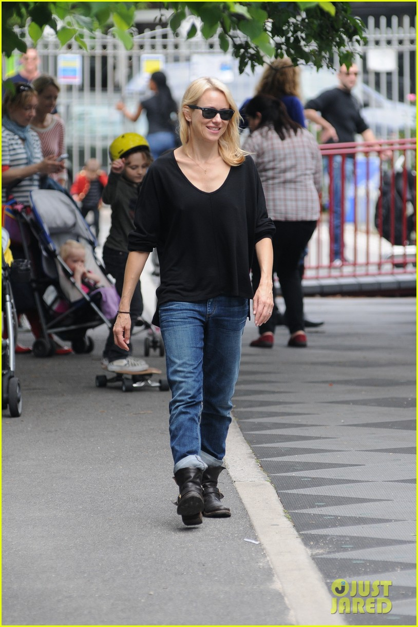 naomi watts park with fam 01
