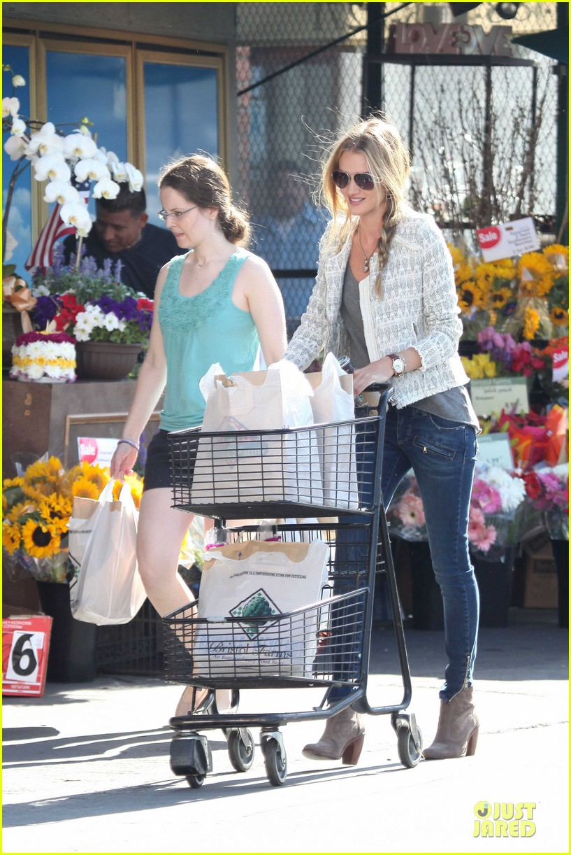 rosie huntington whiteley bristol farms grocery shopping 03