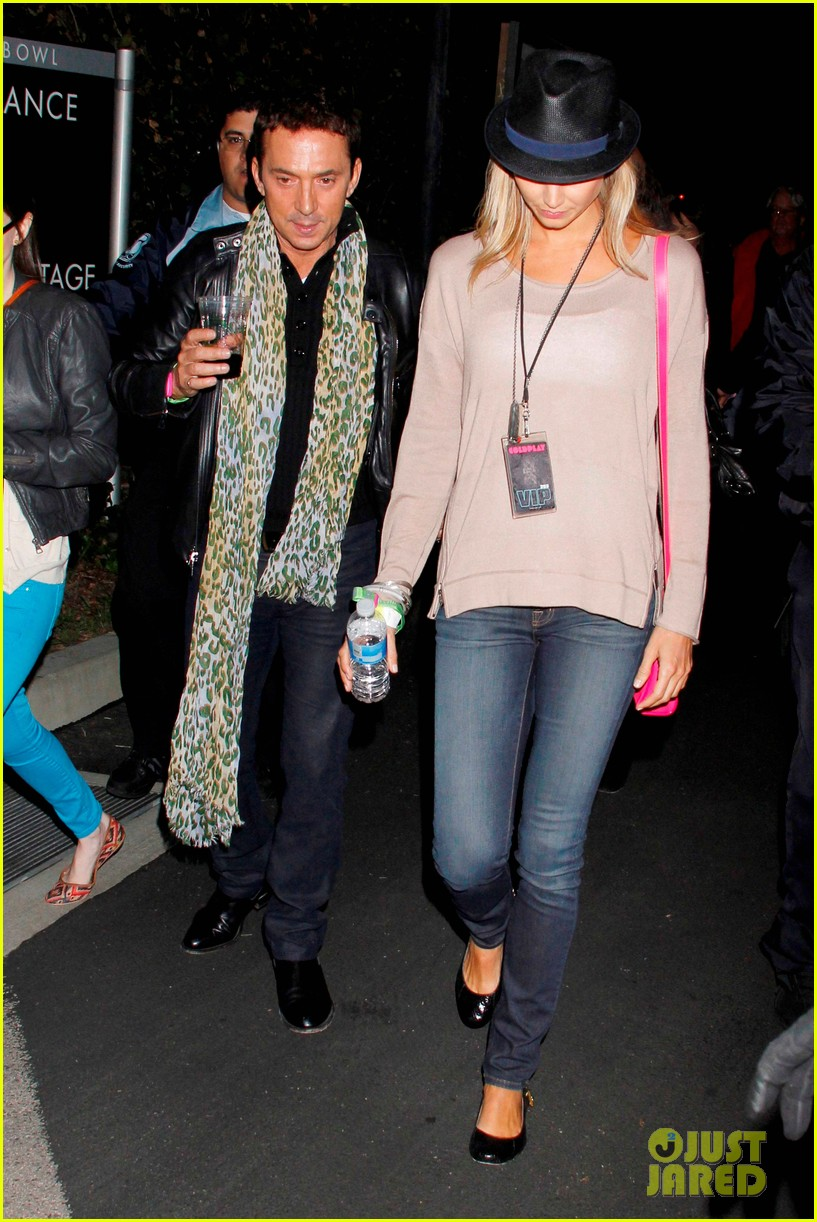 rosie huntington whiteley stacy keibler coldplay concert 03