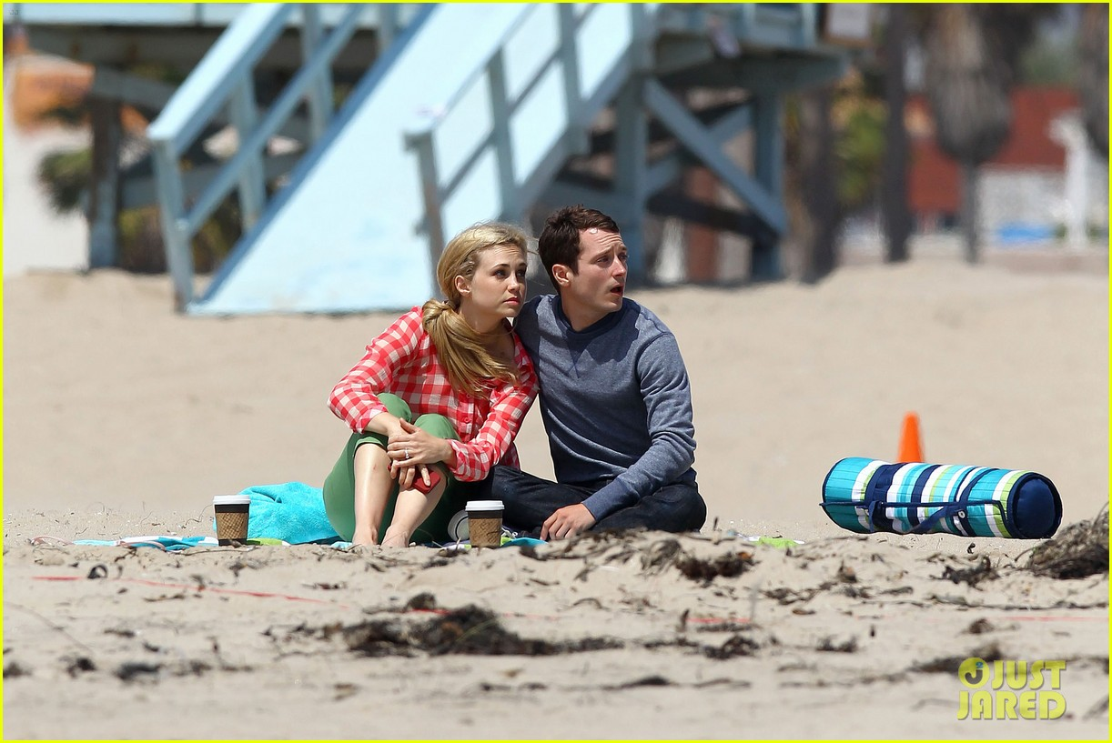 elijah wood wilfred at the beach 03