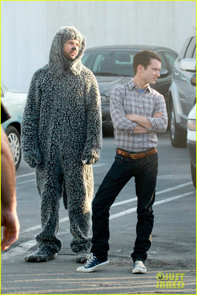 elijah wood wilfred at the beach 05