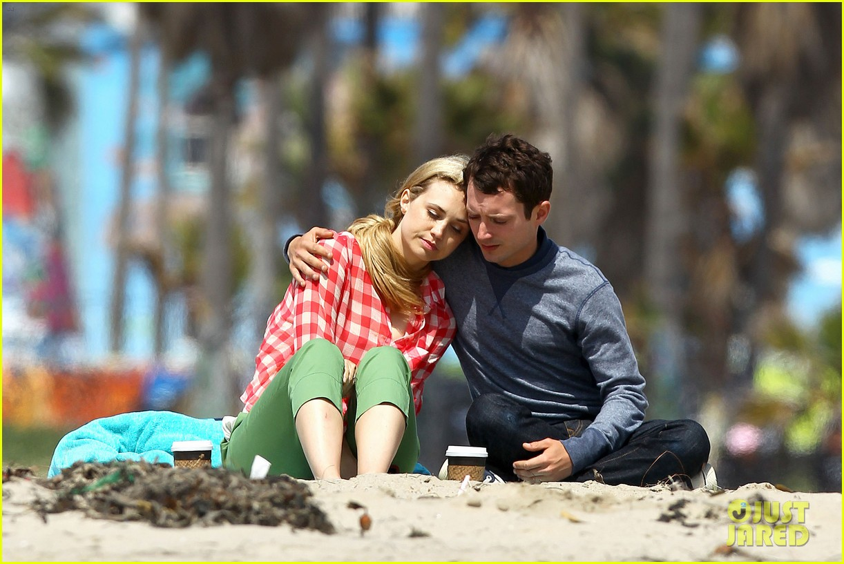 elijah wood wilfred at the beach 15