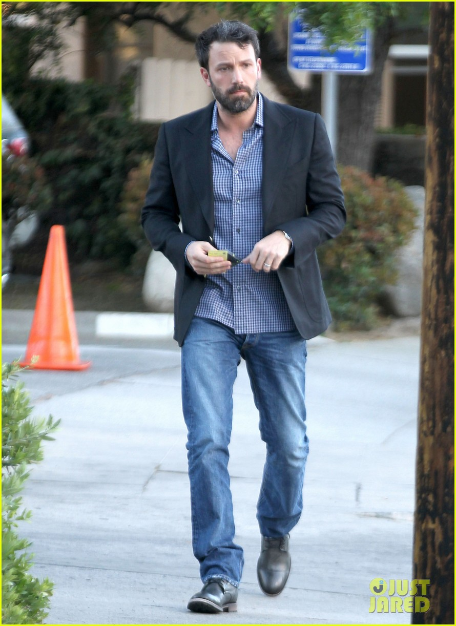 ben affleck solo stroll on anniversary 01