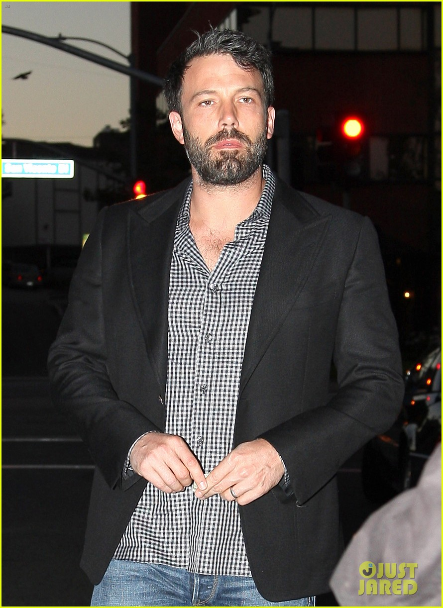 ben affleck solo stroll on anniversary 09