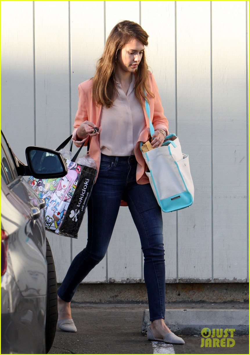 jessica alba saturday family outing 03