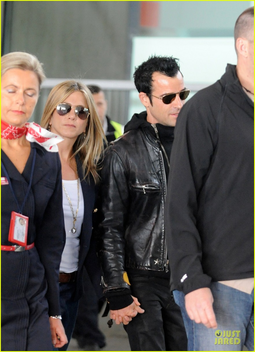 jennifer aniston justin theroux paris arrival 05