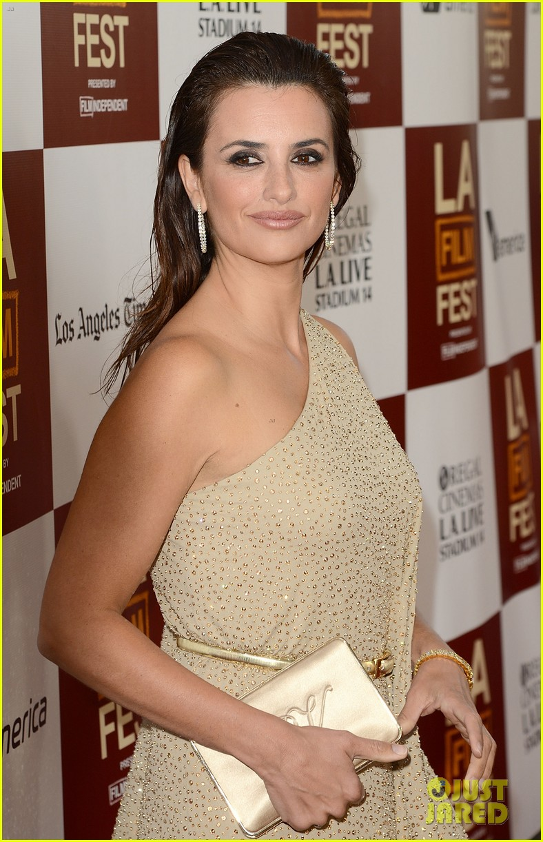 penelope cruz to rome with love l a premiere 01
