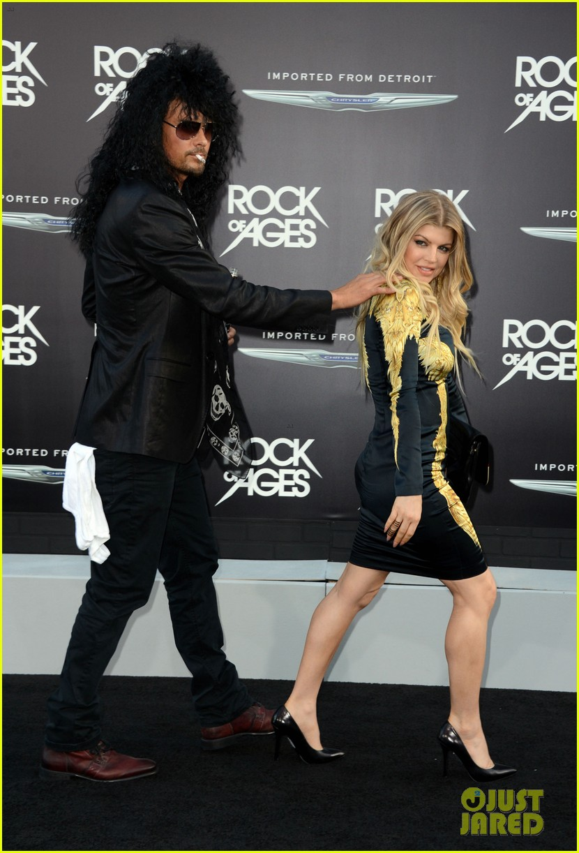 josh duhamel shirtless at rock of ages premiere with fergie 10