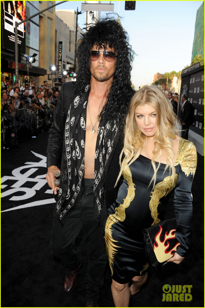 josh duhamel shirtless at rock of ages premiere with fergie 13