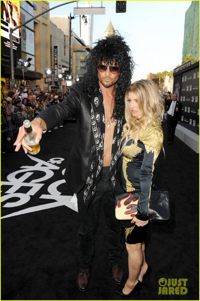 josh duhamel shirtless at rock of ages premiere with fergie 14