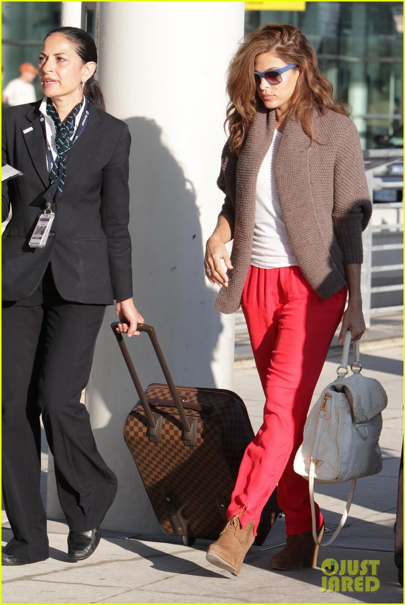 ryan gosling eva mendes canada airport 24