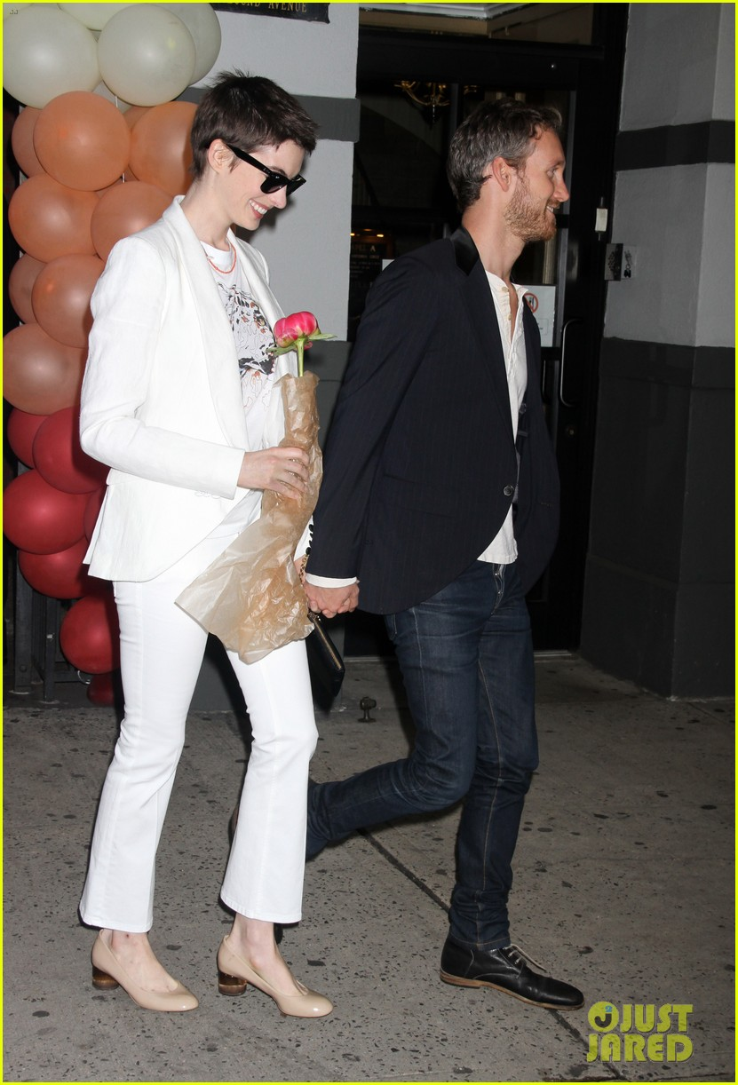 anne hathaway stella mccartney dinner with adam shulman 05