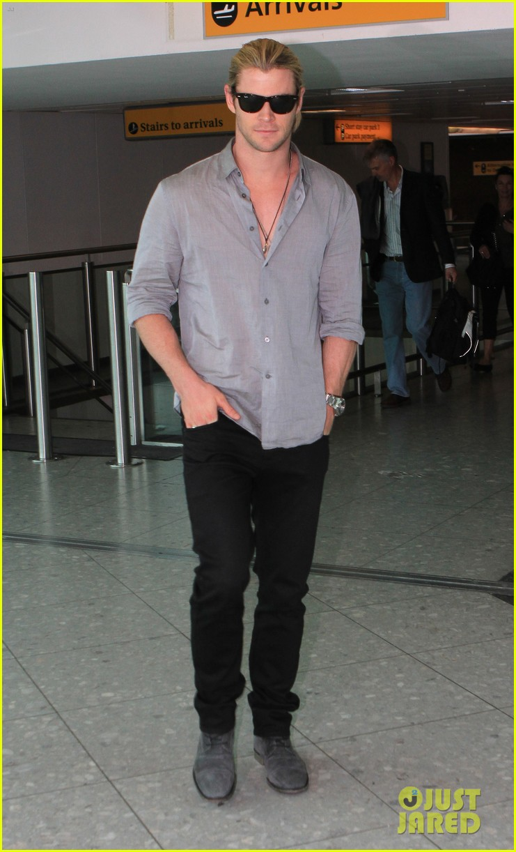 chris hemsworth landing in london 01