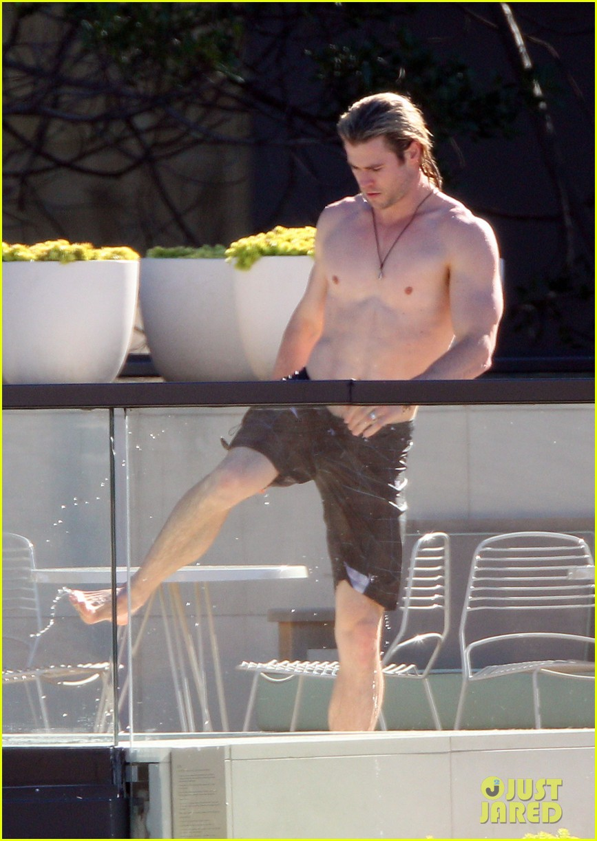 hemsworth pool shirtless 02
