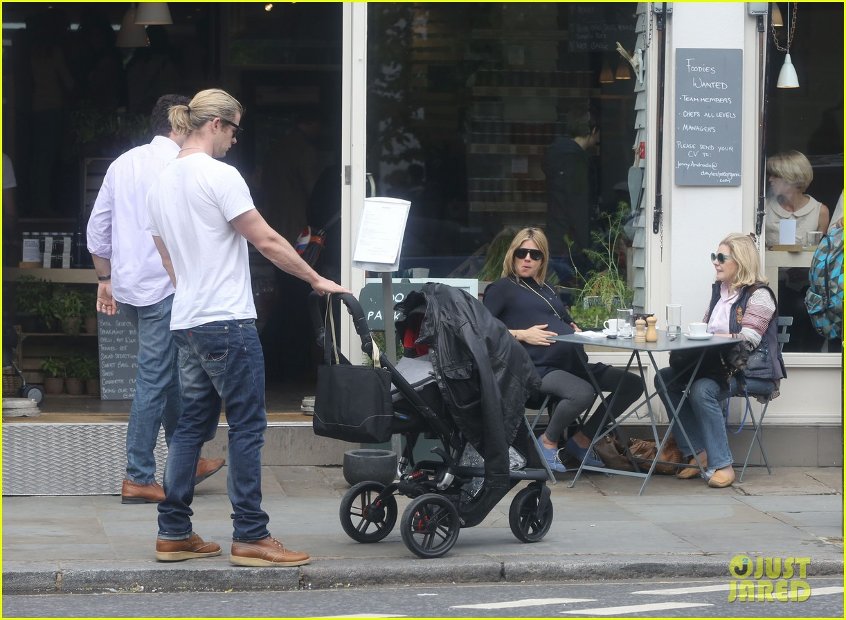 chris hemsworth bumps into pregnant sienna miller 09