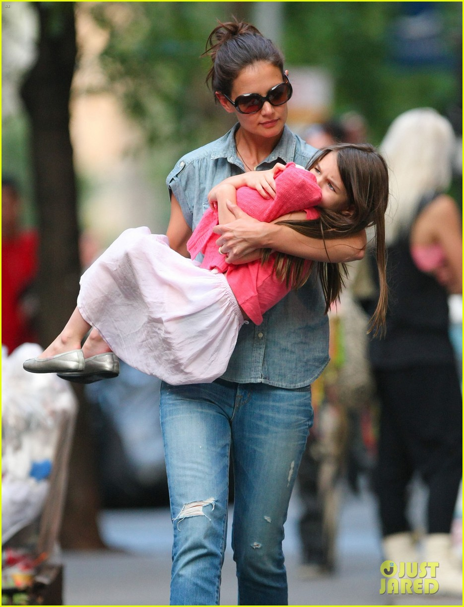 katie holmes suri monday afternoon stroll 01