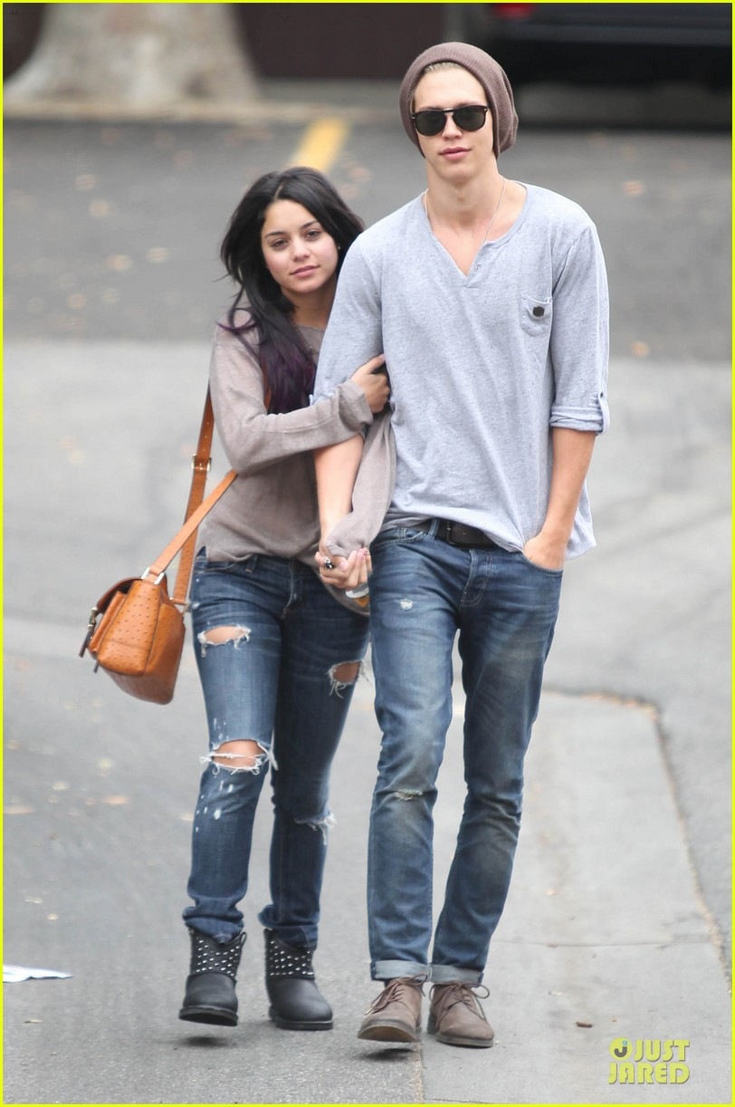 vanessa hudgens austin butler roma cafe 07