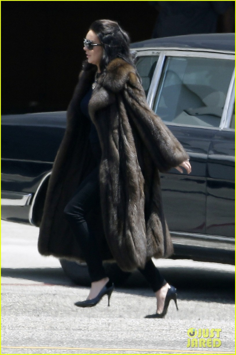 lindsay lohan fur on airplane 08