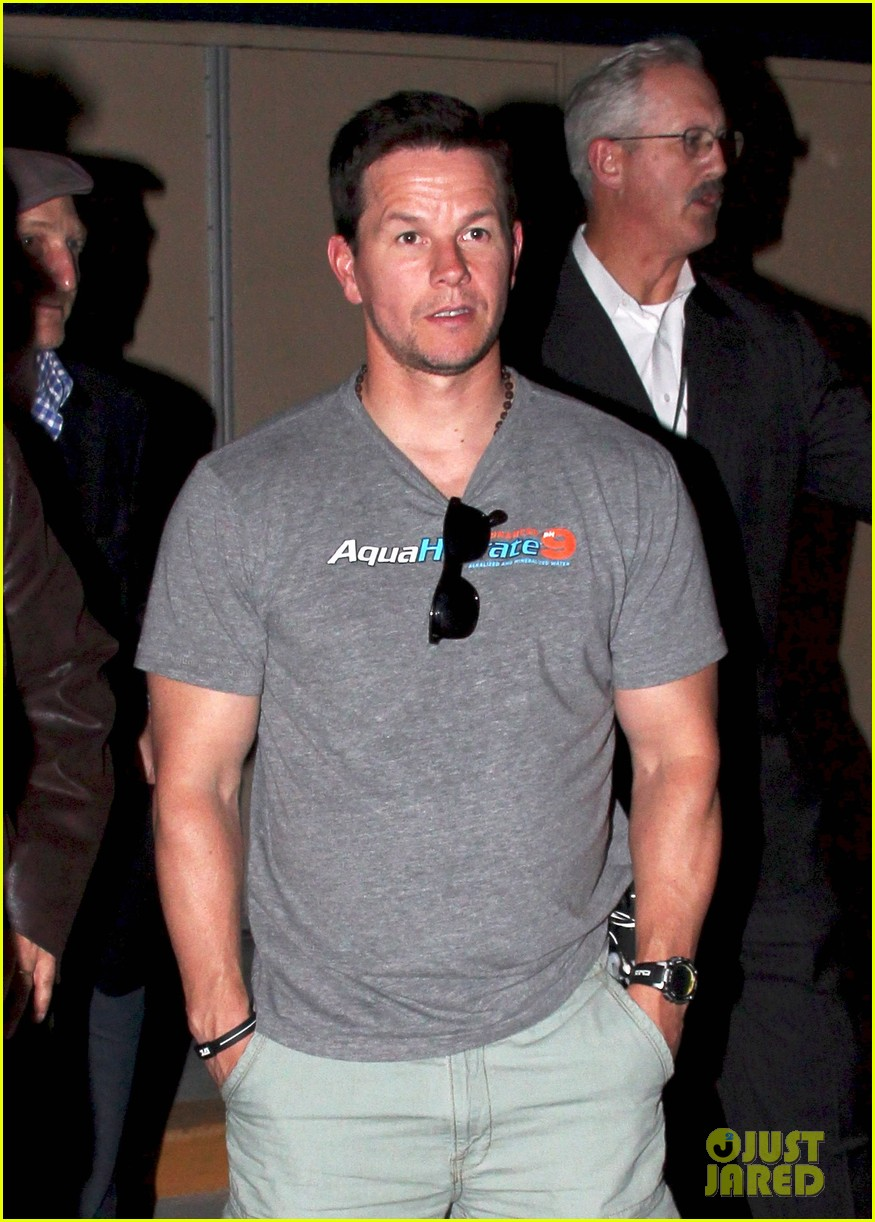 mark wahlberg jeremy renner leave mgm grand 01