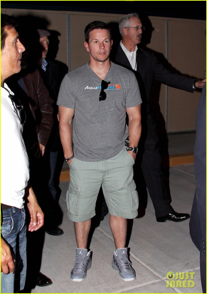 mark wahlberg jeremy renner leave mgm grand 03