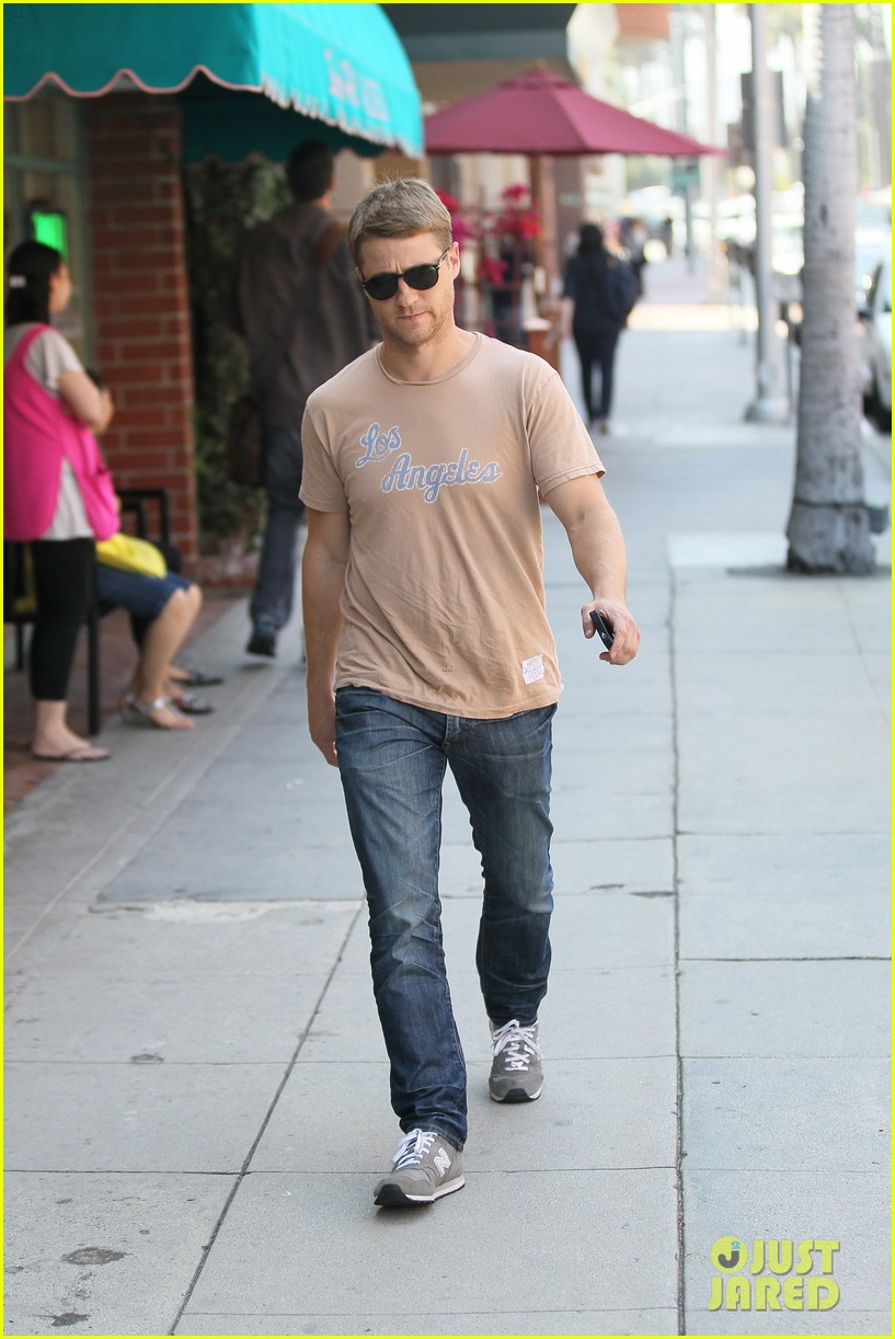 ben mckenzie friday stroll 052669588
