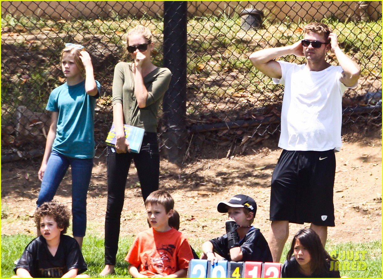 ryan phillippe reveals toned abs at deacons game 19