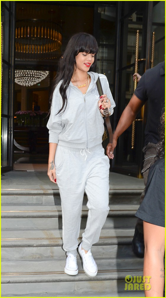rihanna grey sweats london hotel 03